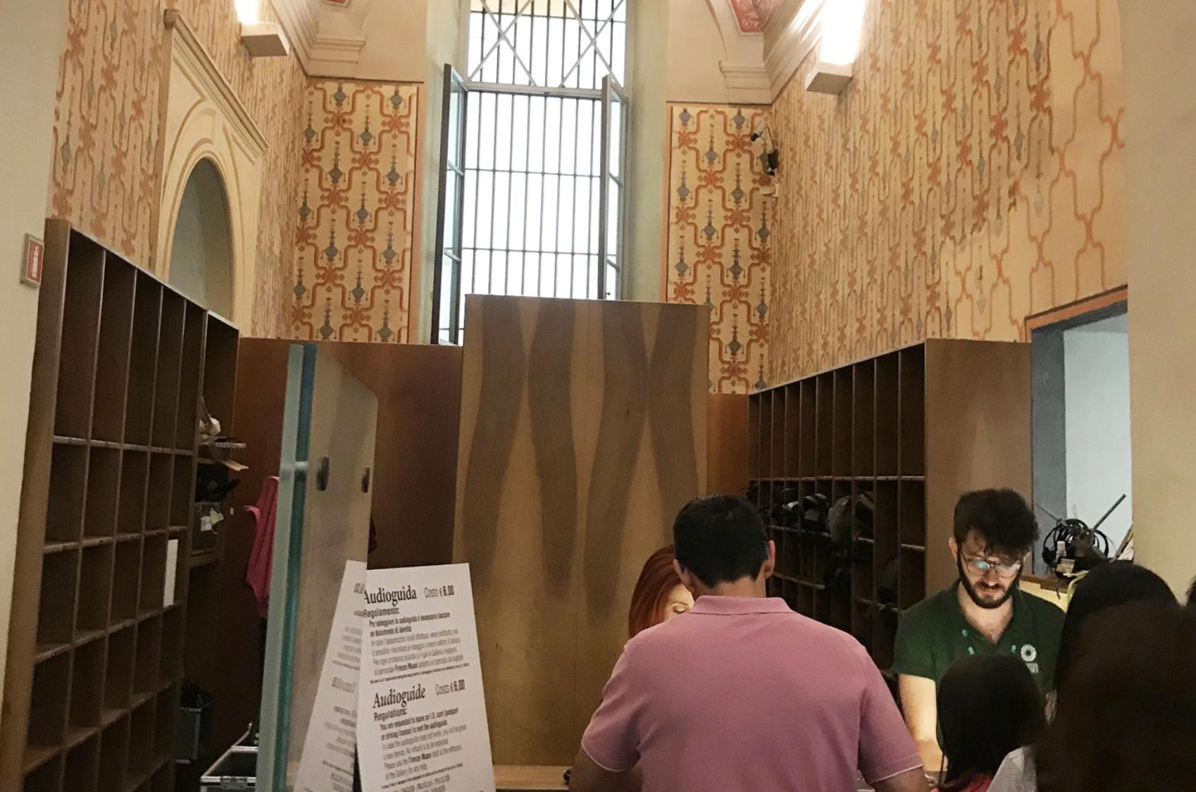 Uffizi Gallery – Coat check and audio guide desk